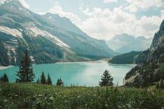 Lago di Braies - ett magiskt till den hisnande sjön royaltyfri foto