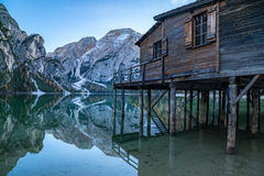 Lago di Braies oder Pragser Wildsee dans les Alpes italiens Image stock