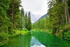 Lago di Braies Pragser Wildsee in den Dolomitbergen Lizenzfreie Stockbilder