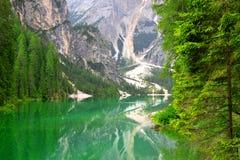 Lago di Braies Pragser Wildsee in den Dolomitbergen Stockbild