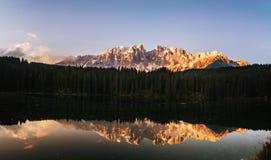 Lago di Carezza清早全景  免版税库存照片