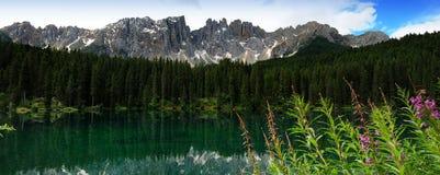 Lago di Carezza i Dolomites arkivfoton