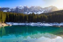 Lago di Carezza (Karersee) con le alpi ed i cieli blu, Südtirol, Immagine Stock Libera da Diritti