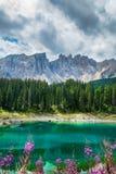 Lago Lago di Carezza, Karersee Carezza nelle alpi delle dolomia Sout Fotografie Stock