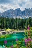 Lago Lago di Carezza, Karersee Carezza nelle alpi delle dolomia Sout Fotografia Stock
