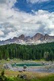 Lago Lago di Carezza, Karersee Carezza nelle alpi delle dolomia Sout Immagini Stock