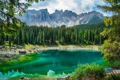 Lago Lago di Carezza, Karersee Carezza nelle alpi delle dolomia Sout Fotografia Stock Libera da Diritti