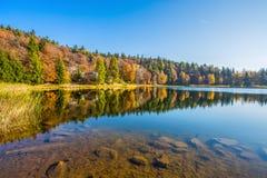 Lago di Cembra nel tempo di autunno, provincia di Trento, Italia Santo immagine stock
