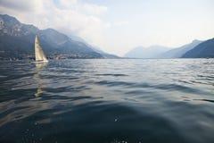 Lago di Como con barca a vela Royalty Free Stock Images