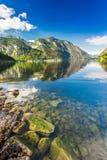 Lago di cristallo della montagna al tramonto Fotografia Stock