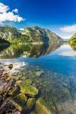 Lago di cristallo della montagna al tramonto Immagini Stock
