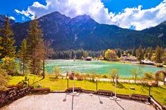 Lago di Dobbiaco nella vista delle alpi delle dolomia Immagini Stock Libere da Diritti