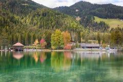 LAGO DI DOBBIACO, SÖDRA TYROL/ITALIEN, OKTOBER 05 2014 - höst på Lago Di Dobbiaco i Dolomites Royaltyfri Fotografi
