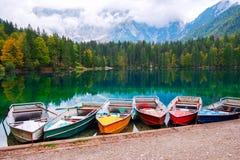 Lago Di Fusine het bergmeer bij boot en Mangart-berg op de achtergrond in alpen de Noord- van Italië stock fotografie