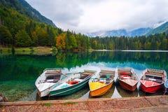 Lago Di Fusine het bergmeer bij boot en Mangart-berg op de achtergrond in alpen de Noord- van Italië royalty-vrije stock fotografie