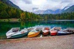 Lago Di Fusine het bergmeer bij boot en Mangart-berg op de achtergrond in Noord-Italië royalty-vrije stock foto