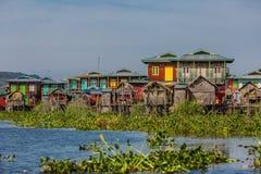Lago di galleggiamento lo Stato Shan Myanmar Inle delle case Fotografie Stock