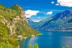 Lago Di Garda en de hoge mening van bergpieken Royalty-vrije Stock Fotografie