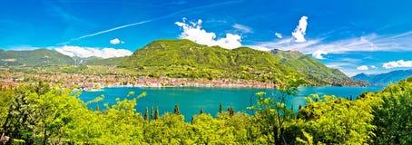 Lago di Garda och stad av den Salo panoramautsikten royaltyfri bild