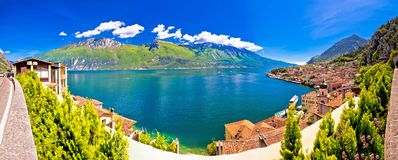 Lago di Garda panoramautsikt i Limone sul Garda arkivfoto