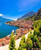 Lago di Garda panoramautsikt i Limone sul Garda royaltyfria bilder