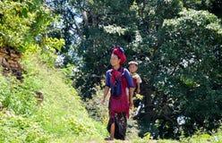 LAGO DI INLE, MYANMAR 26 SETTEMBRE 2016: Donna birmana non identificata che indossa abbigliamento tradizionale Fotografia Stock