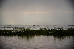 LAGO DI INLE, MYANMAR 20 SETTEMBRE 2016: Siluette di pesca locale del pescatore per l'alimento ad alba Fotografia Stock Libera da Diritti