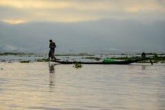 LAGO DI INLE, MYANMAR 20 SETTEMBRE 2016: Siluette di pesca locale del pescatore per l'alimento ad alba Immagini Stock