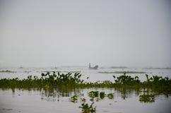LAGO DI INLE, MYANMAR 20 SETTEMBRE 2016: Siluette di pesca locale del pescatore per l'alimento ad alba Immagine Stock Libera da Diritti