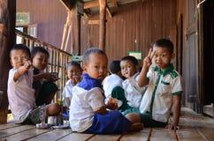 LAGO DI INLE, MYANMAR 26 SETTEMBRE 2016: Studenti locali non identificati alla scuola, durante il loro tempo del pranzo Fotografie Stock Libere da Diritti