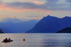 Lago di Iseo vid skymningen, Italien Arkivbilder