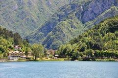 Lago di Ledro mit Hotel, Italien Lizenzfreies Stockfoto
