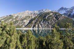 Lago di Livigno, lago mountain nella zona di frontiera delle alpi di Italien e dello svizzero Immagini Stock