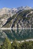 Lago di Livigno, lago mountain nella zona di frontiera delle alpi di Italien e dello svizzero Fotografie Stock
