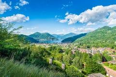 Lago di Lugano, Oporto Ceresio e Besano Valceresio, Italia Vista aerea pittoresca, nei precedenti la Svizzera Fotografia Stock Libera da Diritti