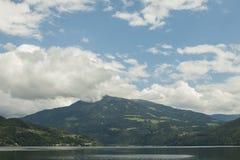 Lago di Millstatt con le alpi austriache su fondo Fotografie Stock Libere da Diritti