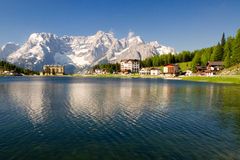 Lago di Misurina in den Dolomit Stockfotos