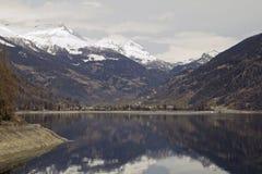 Lago di Poschiavo alla valle alpina fotografie stock