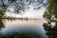 Lago di Posta Fibreno dans un lever de soleil brumeux, Ciociaria, Italie Photos libres de droits