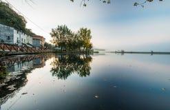 Lago di Posta Fibreno in un'alba nebbiosa, Ciociaria, Italia Immagini Stock