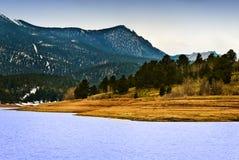 Lago di punta mountain rocciosa dei lucci Fotografie Stock Libere da Diritti