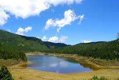 Lago di punta verde smeraldo Fotografie Stock