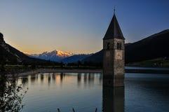 Lago di Resia (Reschensee) con la iglesia hundida - Reschensee, Italia Imagenes de archivo