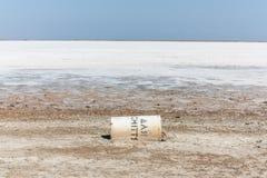 Lago di sale asciutto con un contenitore caduto immagini stock libere da diritti