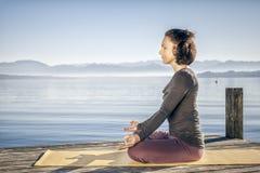 Lago di seduta della donna di yoga Fotografie Stock Libere da Diritti