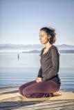 Lago di seduta della donna di yoga Fotografie Stock