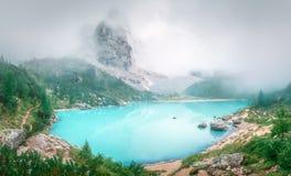 Lago di Sorapis en dolomías del parque nacional imágenes de archivo libres de regalías