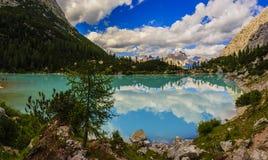 Lago di Sorapiss con colore stupefacente del turchese di acqua Il mou Immagine Stock