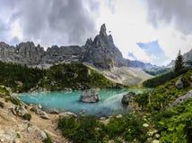 Lago di Sorapiss con el color asombroso de la turquesa del agua El mou Imagen de archivo