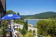 Lago di stoccaggio di Schwarzenbachtalsperre con il terrazzo del caffè Immagine Stock